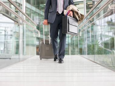 Đi công tác nước ngoài có được hưởng lương và bảo hiểm không?
